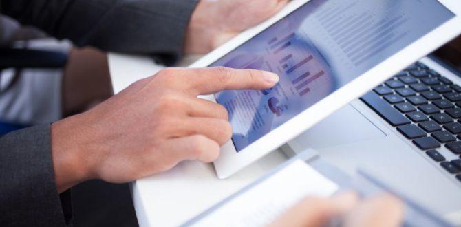 Pessoas analisando os indicadores de e-commerce