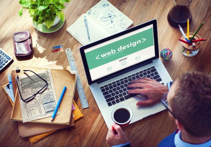 executivo administrando design do site