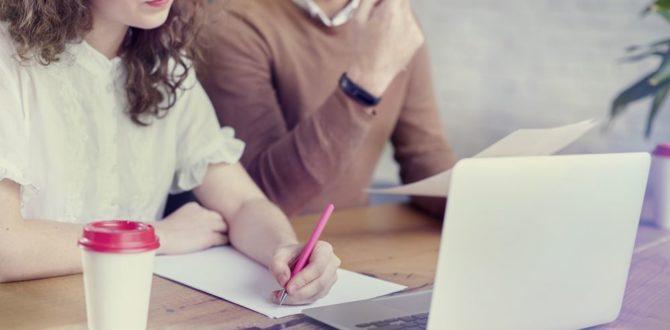 duas pessoas acessando o notebook e planejando